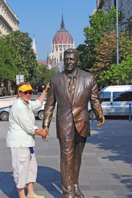 Jill and Ronald Reagan Statue