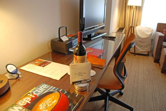Hotel Adagio - Guestroom Desk