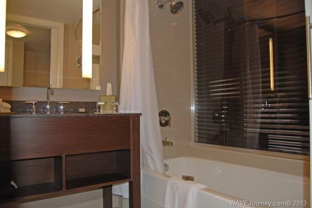 Pinnacle Hotel - Guestroom Bathroom