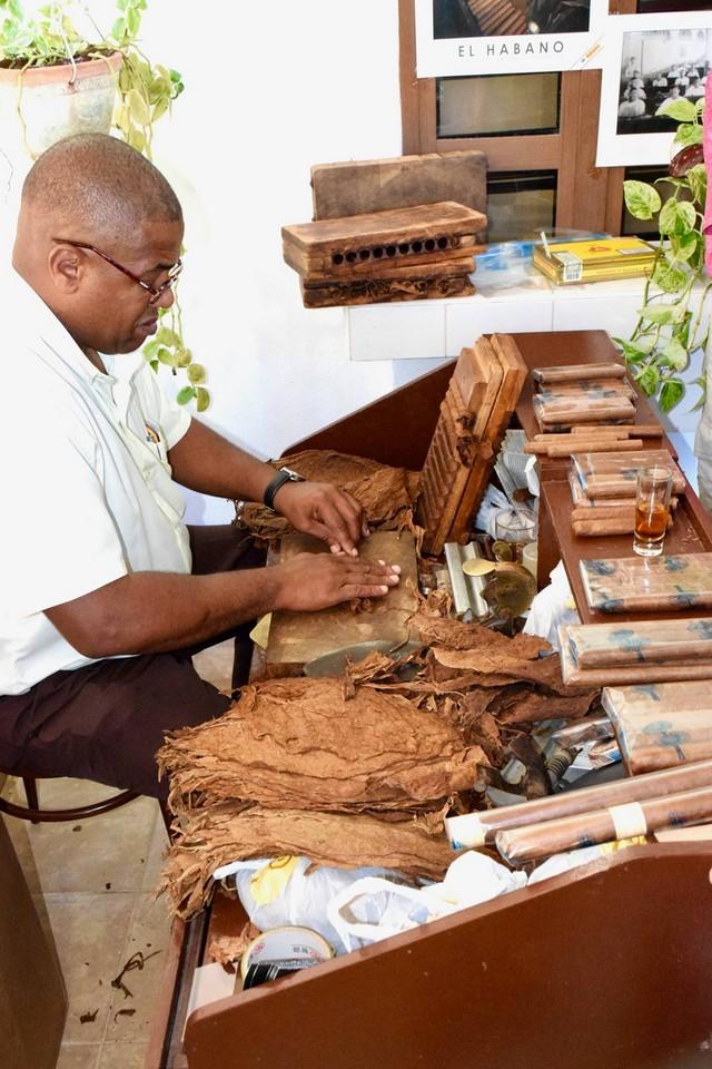 Making Cuban cigars